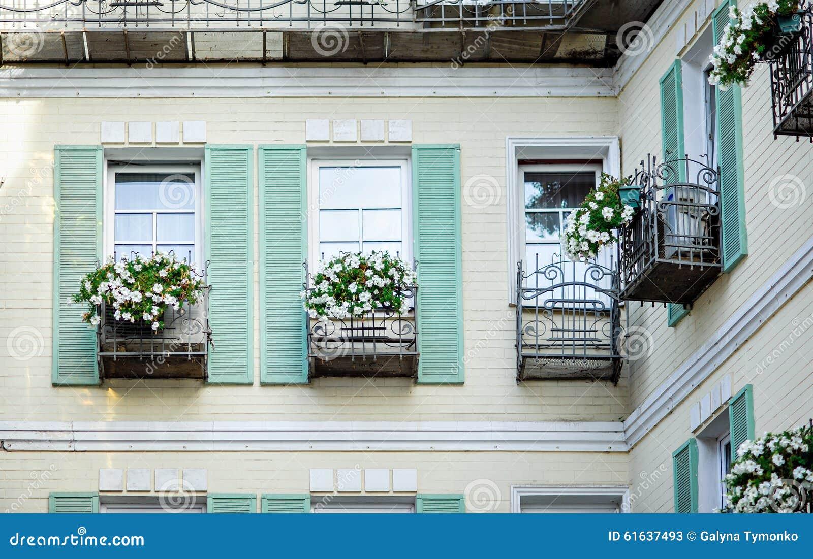 Fachada t pica da casa retro velha de provencal com - Finestre provenzali ...