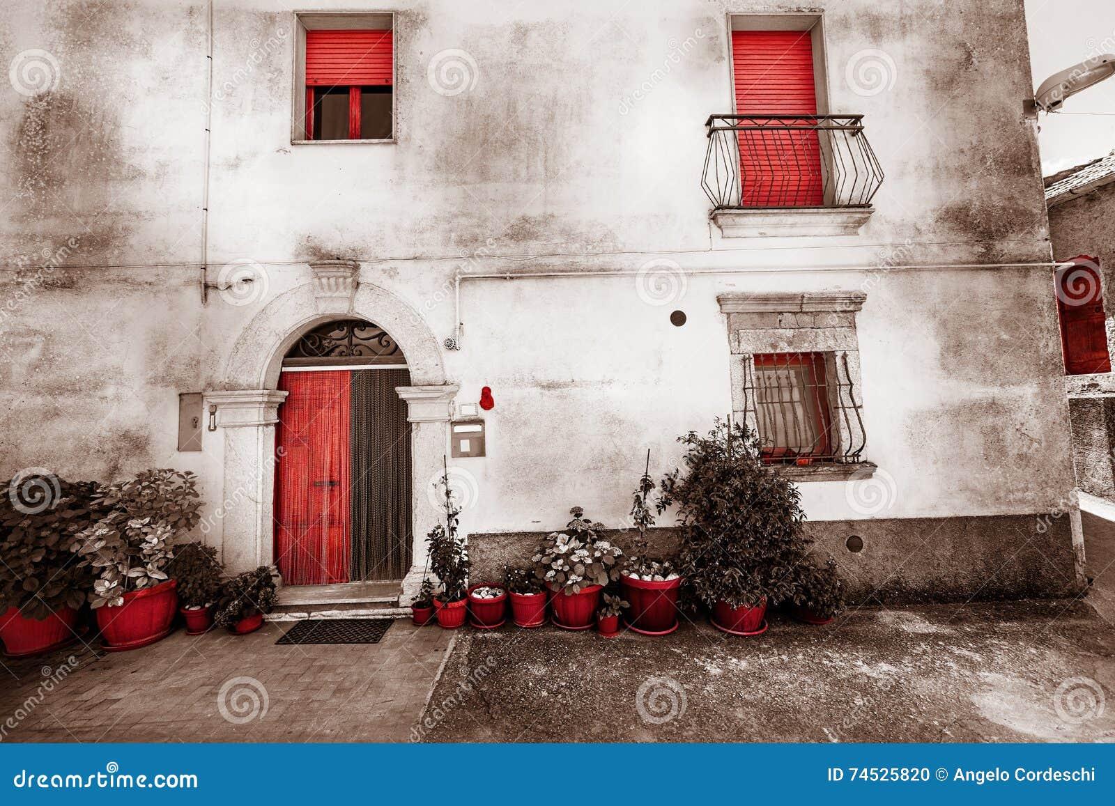 Fachada vieja de la casa color del vintage rojo aislado - La casa vintage ...