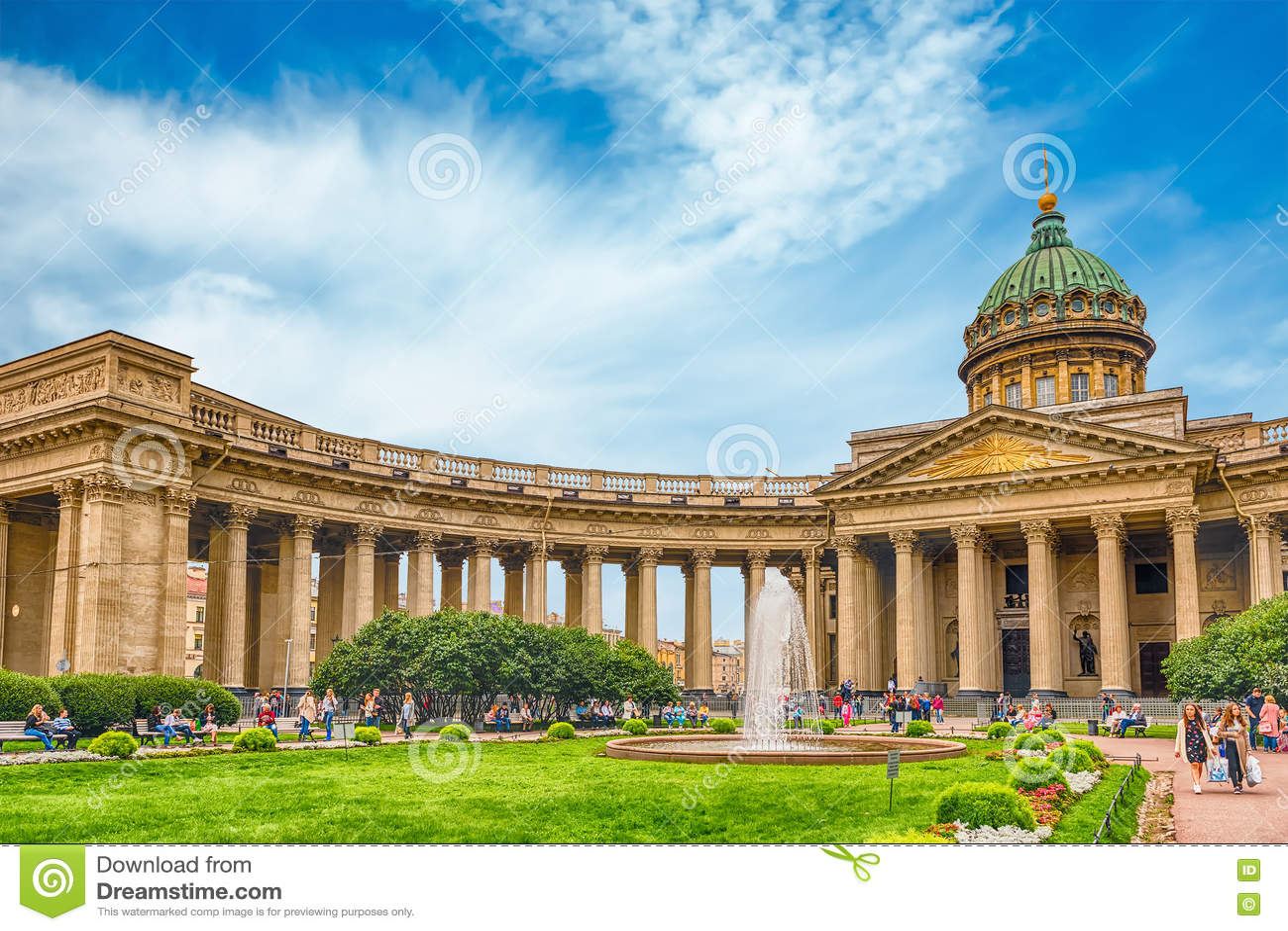 Fachada y columnata de la catedral de Kazán en St Petersburg, Russi