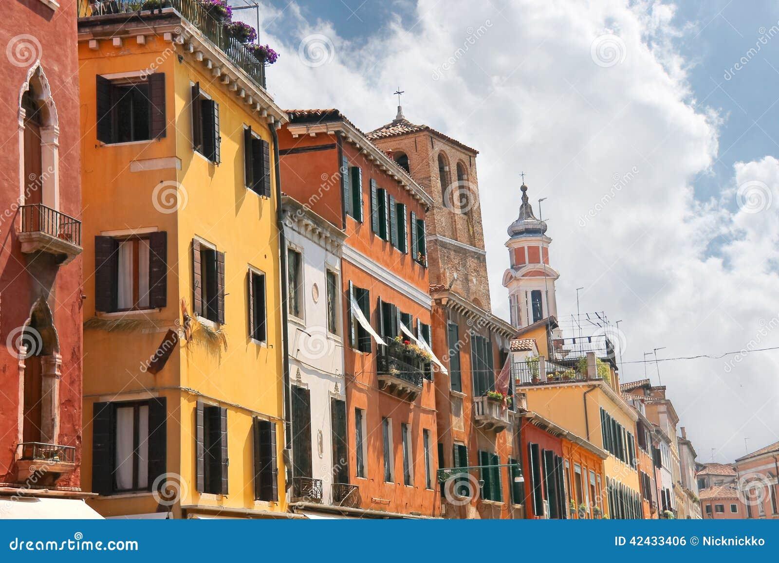 Fachadas de las casas en la calle en Venecia