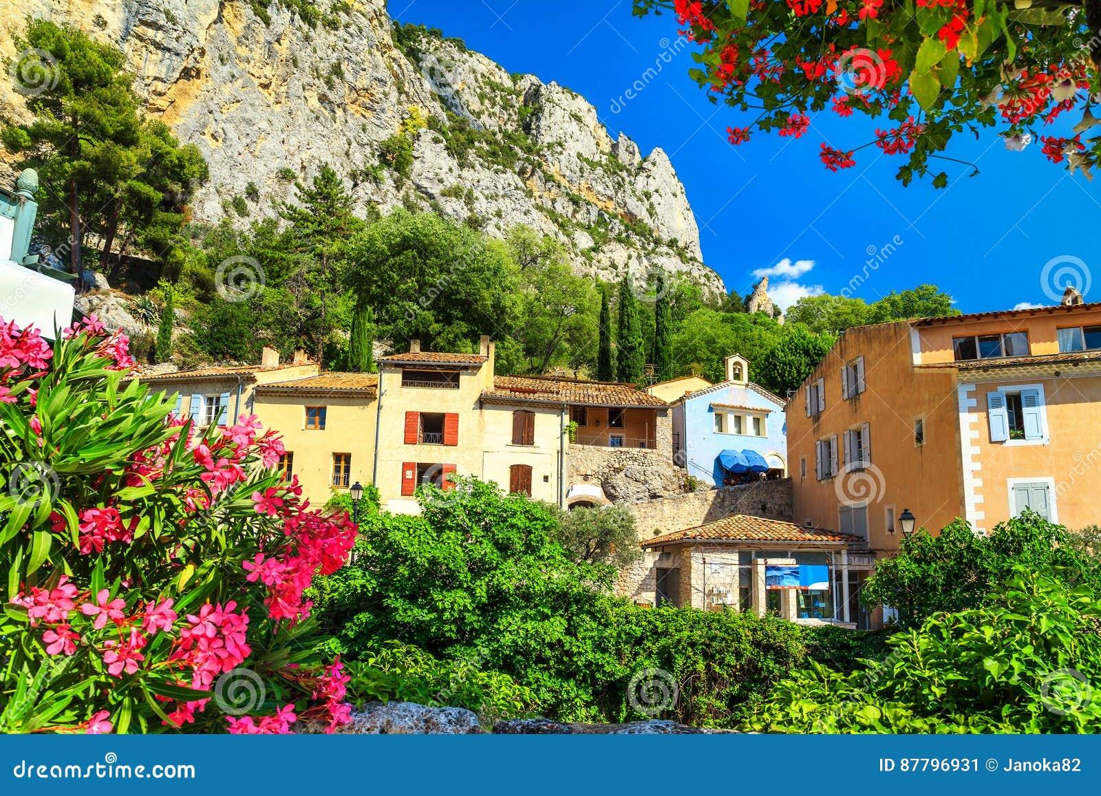 Fachadas Mediterráneas Medievales Coloridas En Moustiers