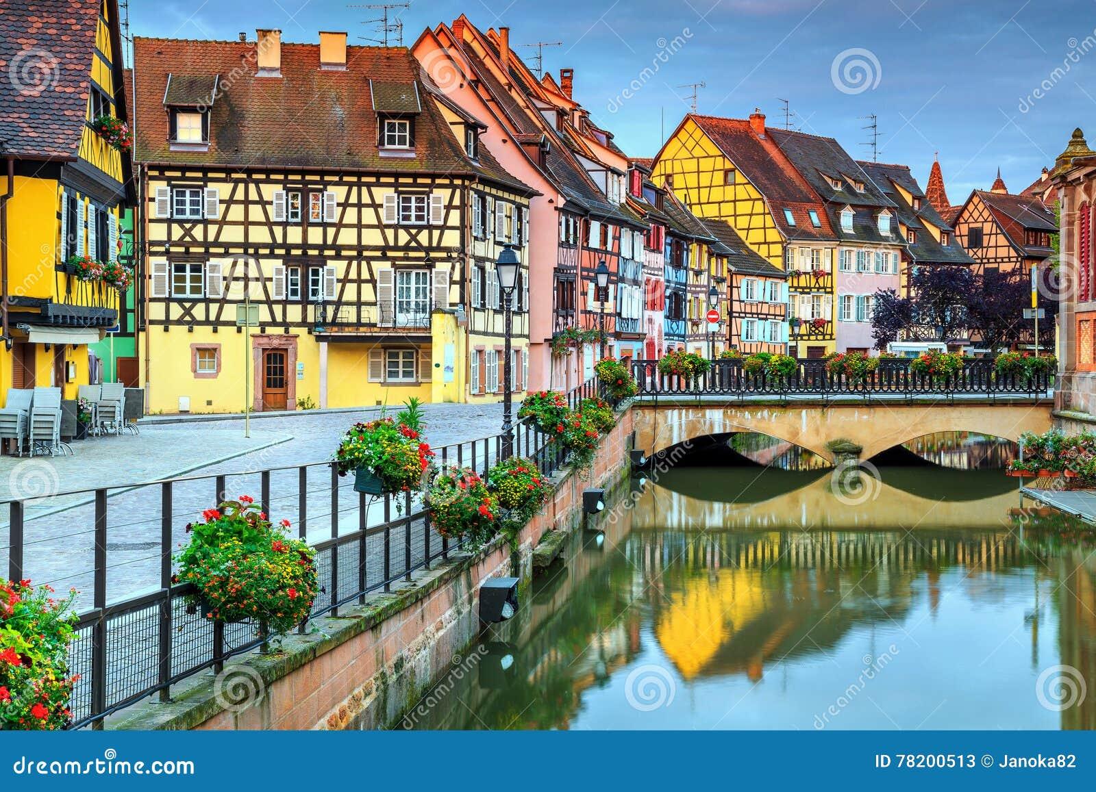 Fachadas metade-suportadas medievais típicas que refletem na água, Colmar, França