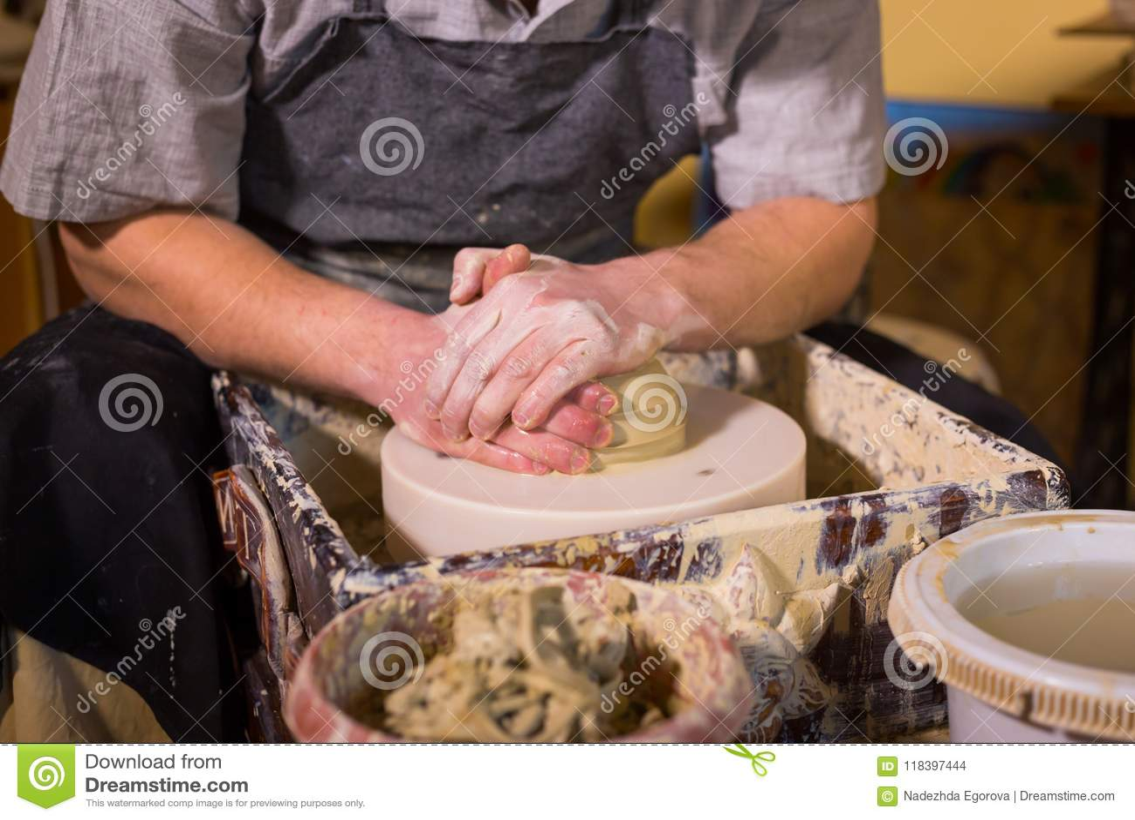 Fachowa męska garncarka pracuje z gliną na garncarki ` s kole