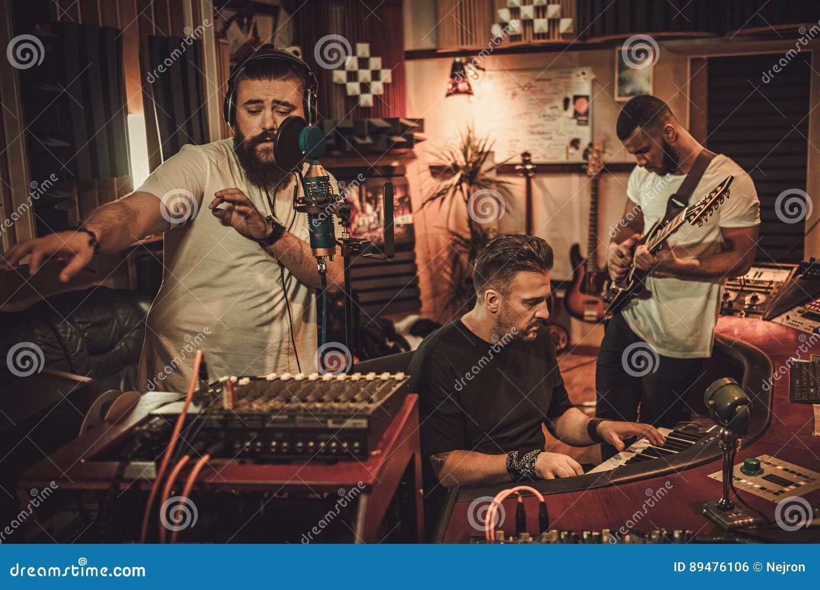 Fachowego muzycznego zespołu magnetofonowa piosenka w butika studiu nagrań