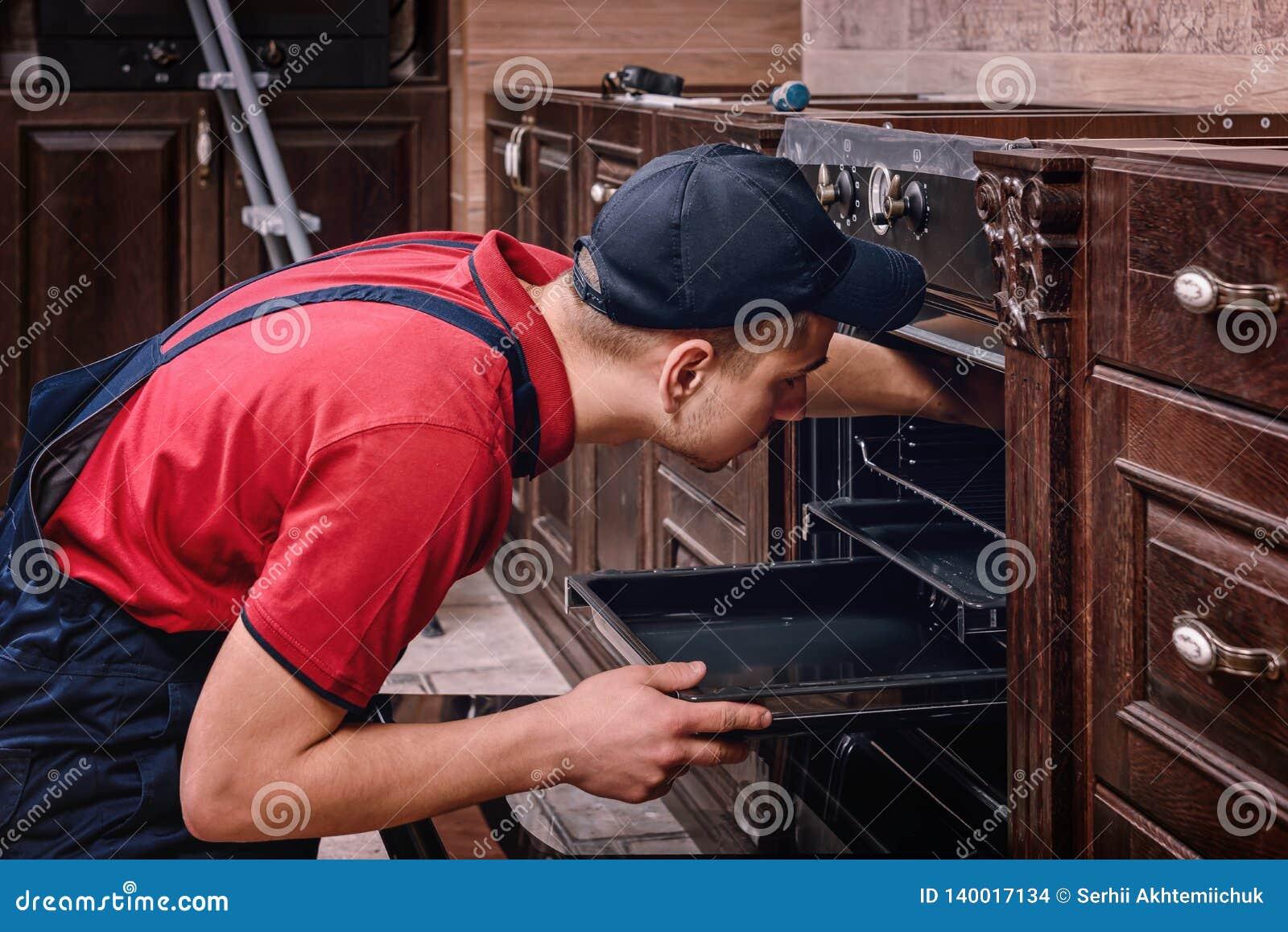 Fachowego pracownika gromadzić piekarnik Instalacja kuchenny meble