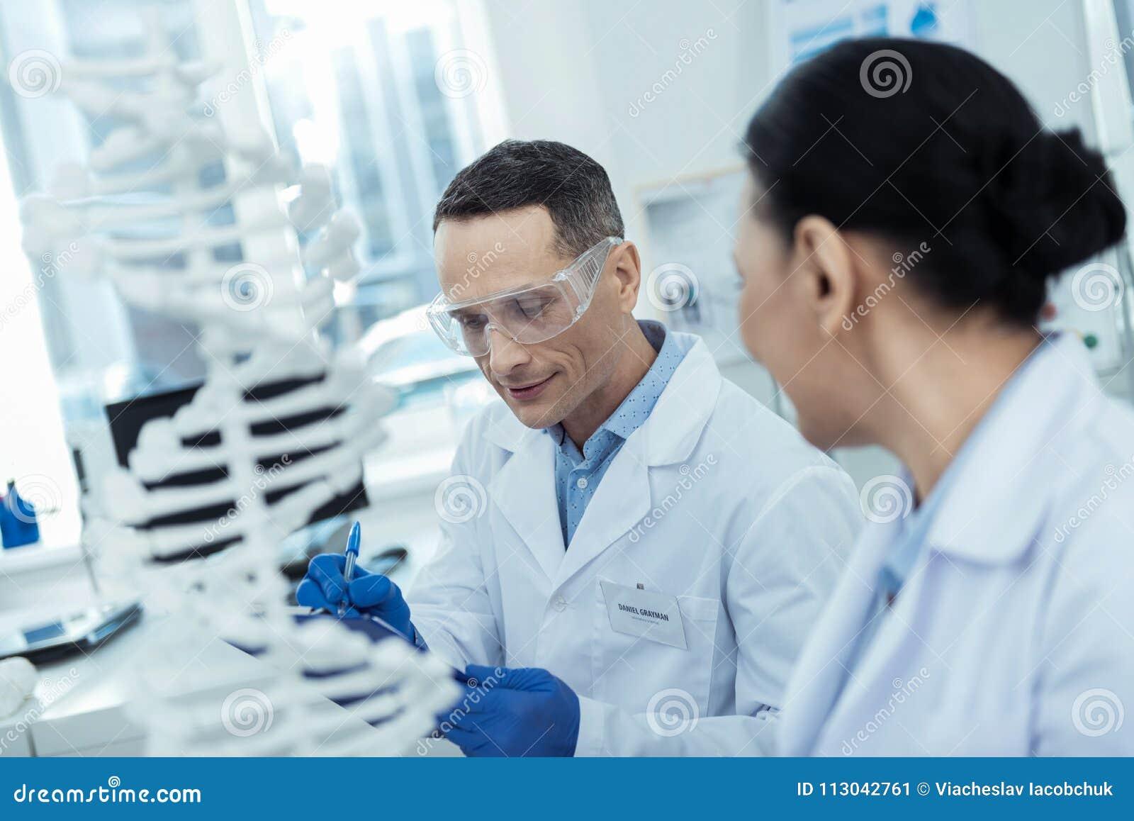 Fachowi reserchers studiuje bioengineering