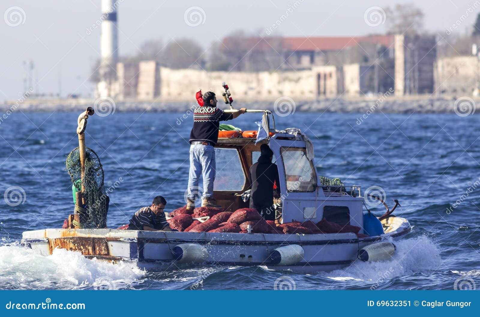 Fachowi rybacy na łodzi