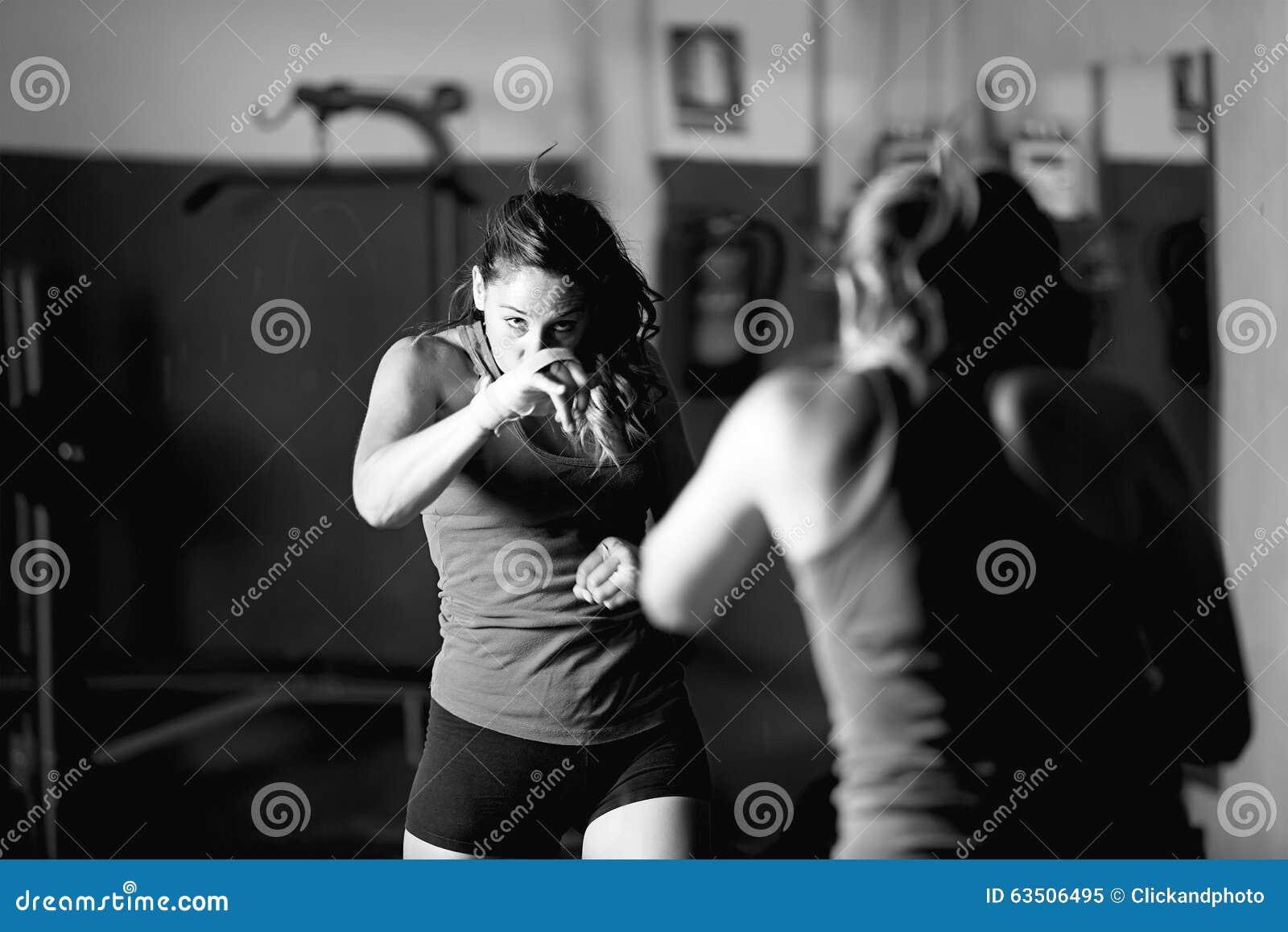 Fachowy żeński bokser pracujący out podczas gdy patrzejący w lustrze