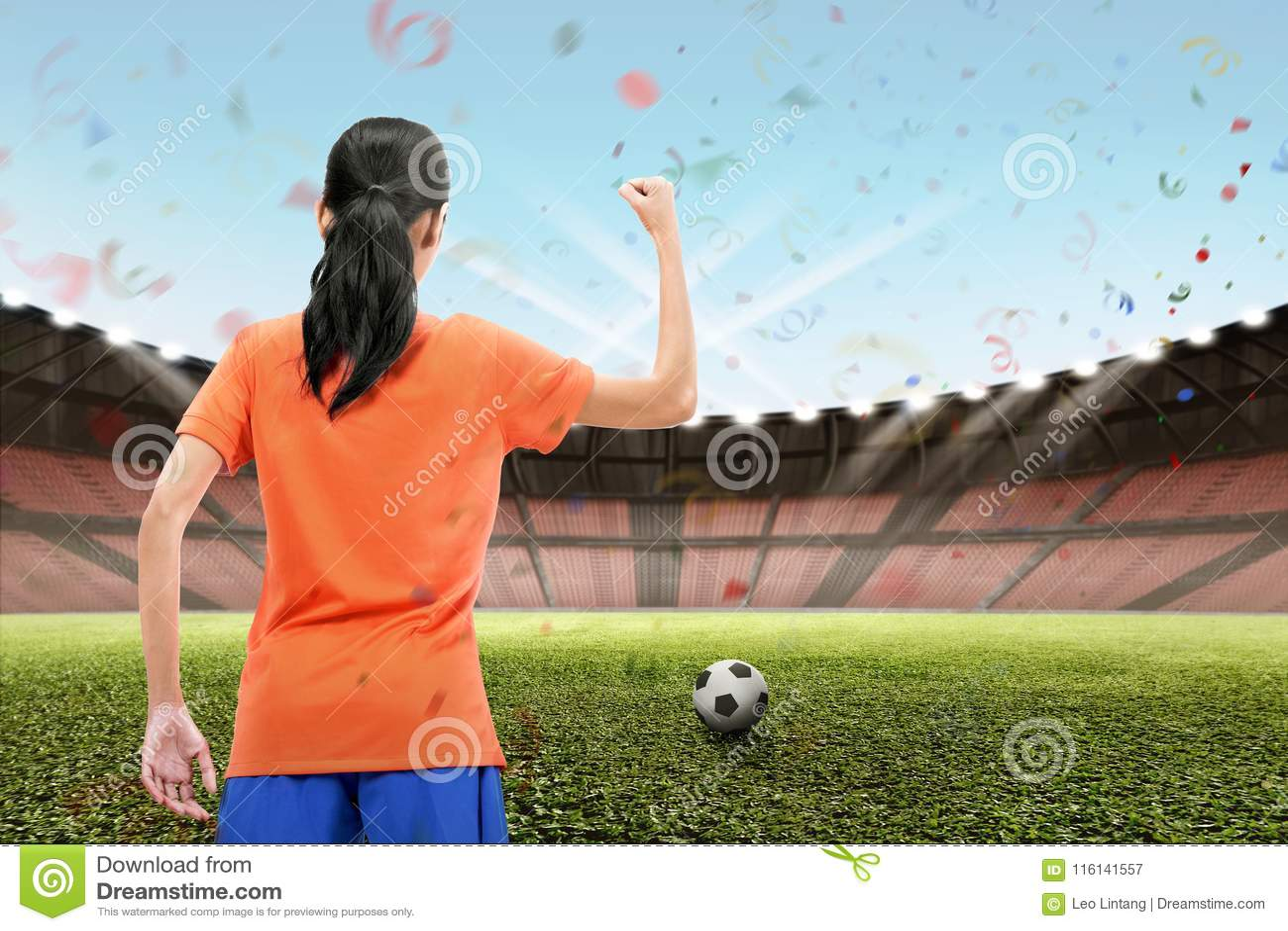Fachowy azjatykci żeński futbolista świętuje jej zwycięstwo
