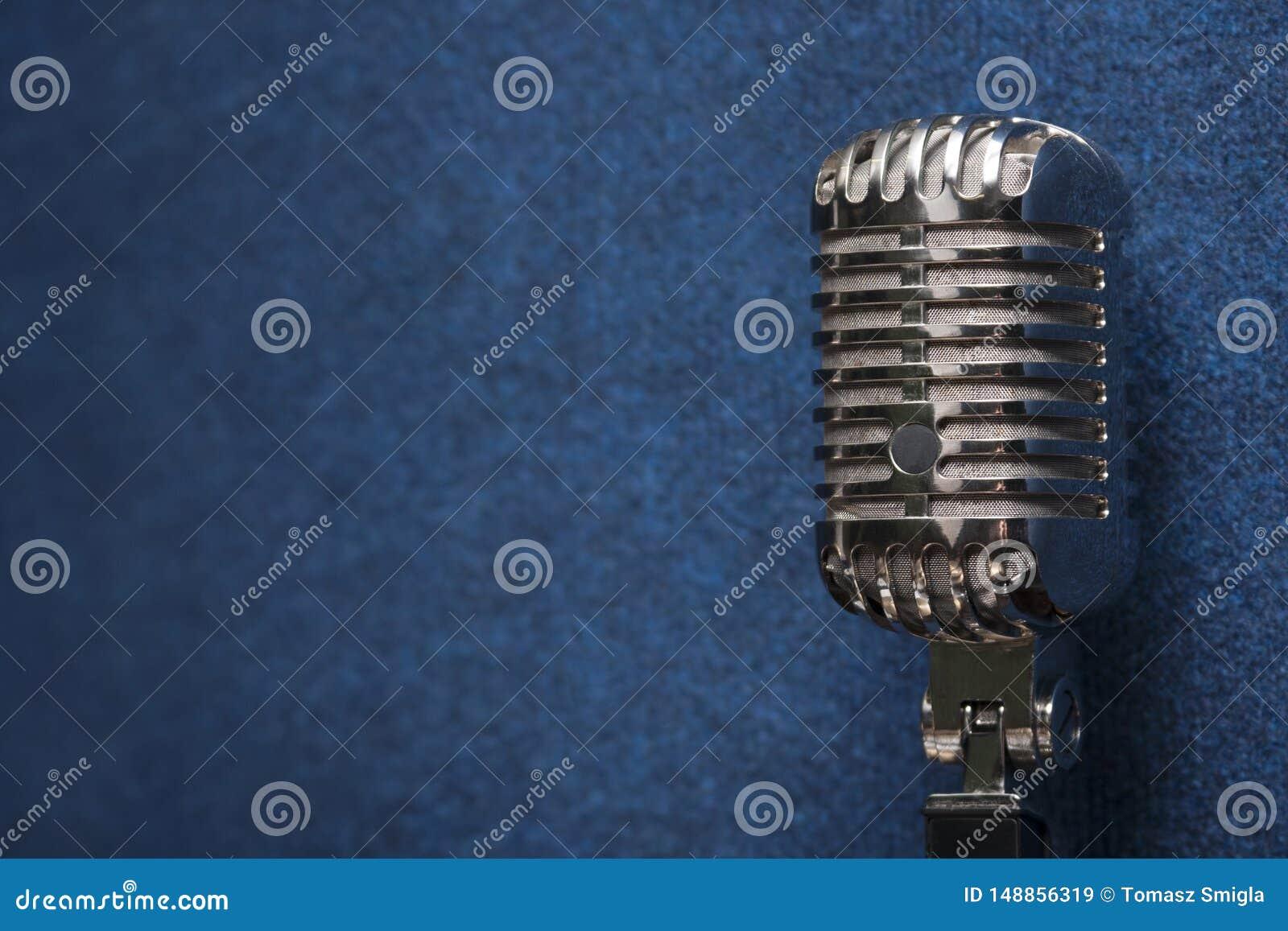 Fachowy b?yszcz?cy nowo?ytny dynamiczny pracowniany wokalnie mikrofon na eleganckim zmroku - b??kitna grunge rocznika t?a tekstur