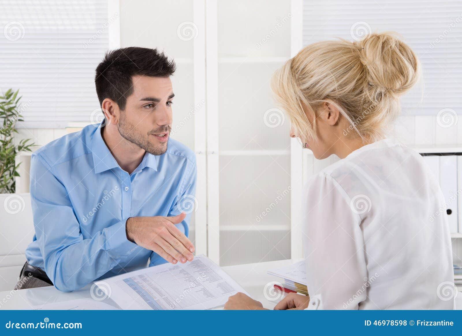 Fachowy biznesowy spotkanie: klient i advicer analizuje fi