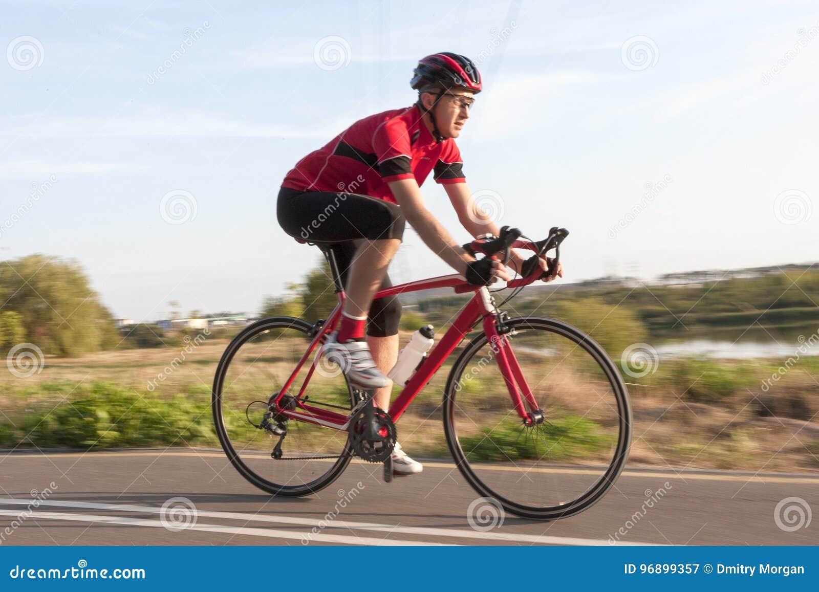 Fachowy Męski cyklista w Bieżnym stroju Podczas przejażdżki na rowerze Outdoors