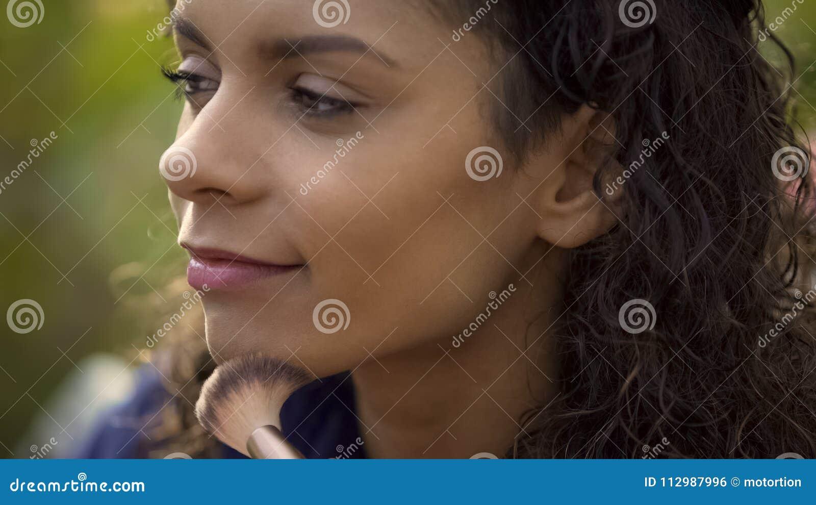 Fachowy makeup artysta evens w górę wzorcowego skóry brzmienia z muśnięciem, film strzelanina