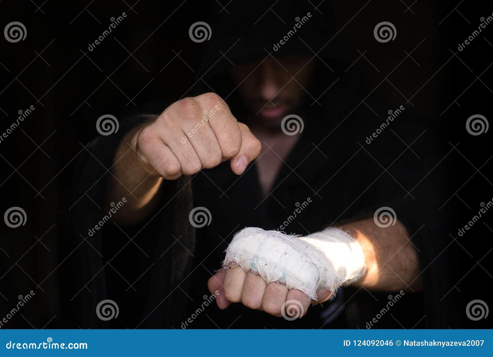 Fachowy nagrywać Ręki Pro bokser z bandażem na pięściach przed walką Fachowy wojownik przygotowywa w