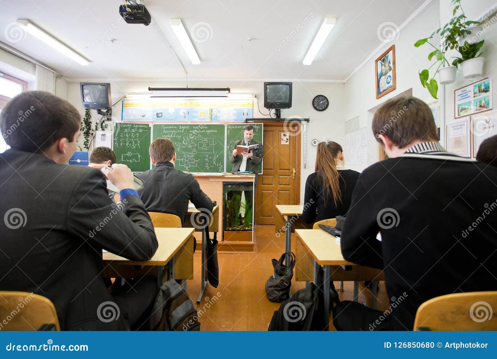 Fachowy nauczyciel czyta out głośną pożytecznie informację