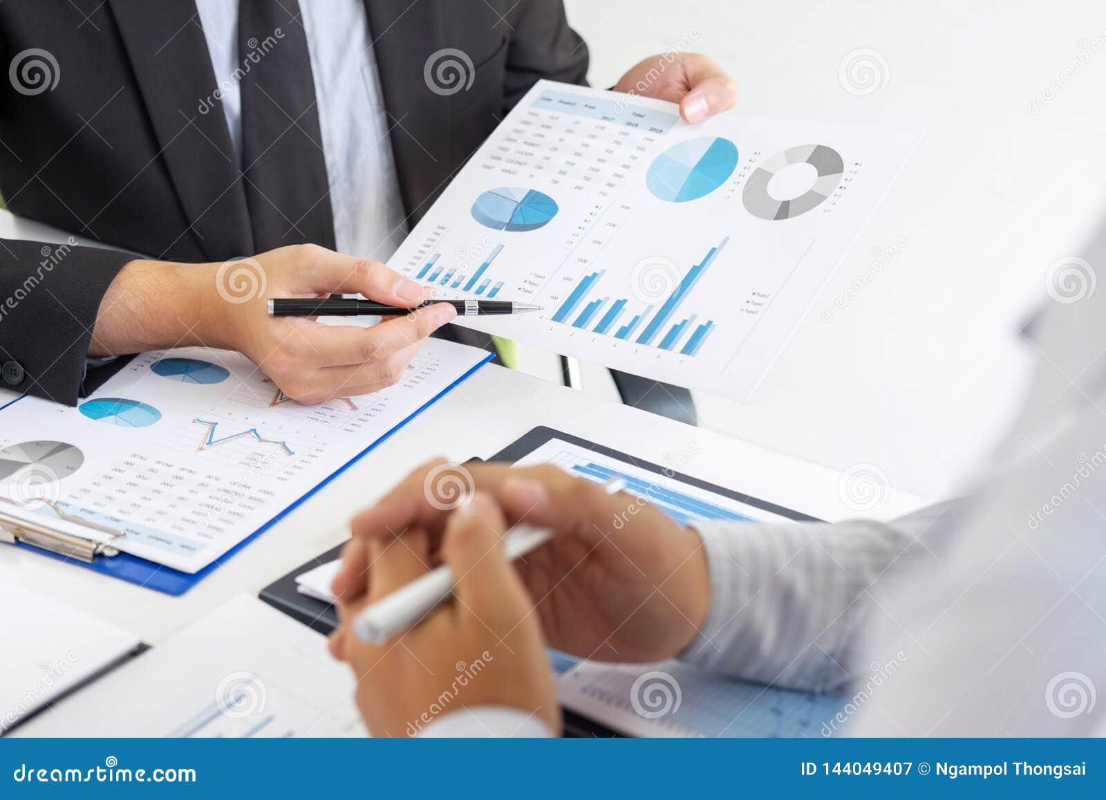 Fachowy wykonawczy kierownik, partner biznesowy dyskutuje pomysły marketingowy plan i prezentacji inwestycja projekt przy spotkan