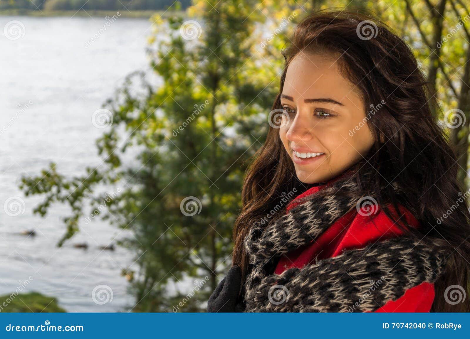 Facial hermoso de la mujer con una sonrisa blanca perfecta
