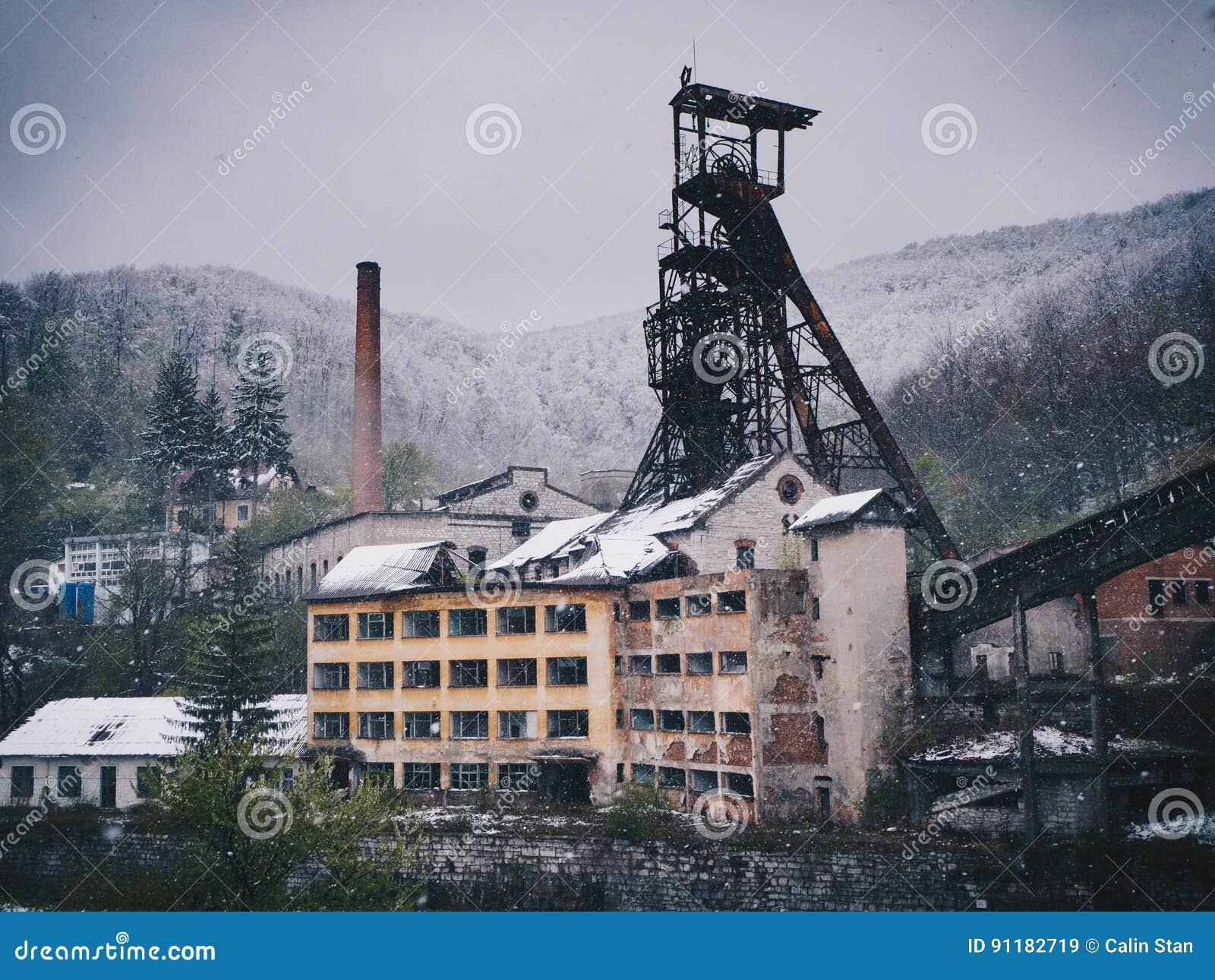 Facilidade de mineração abandonada no tempo de inverno (nevar pesado)