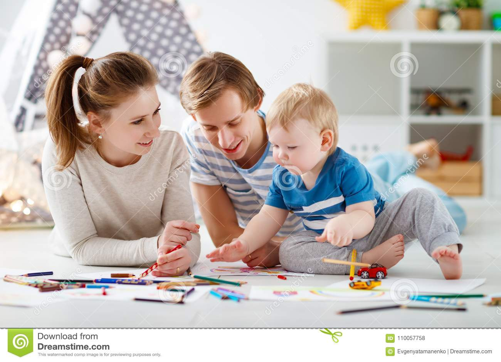 Faculdade criadora do ` s das crianças tração feliz do pai e do filho da mãe da família