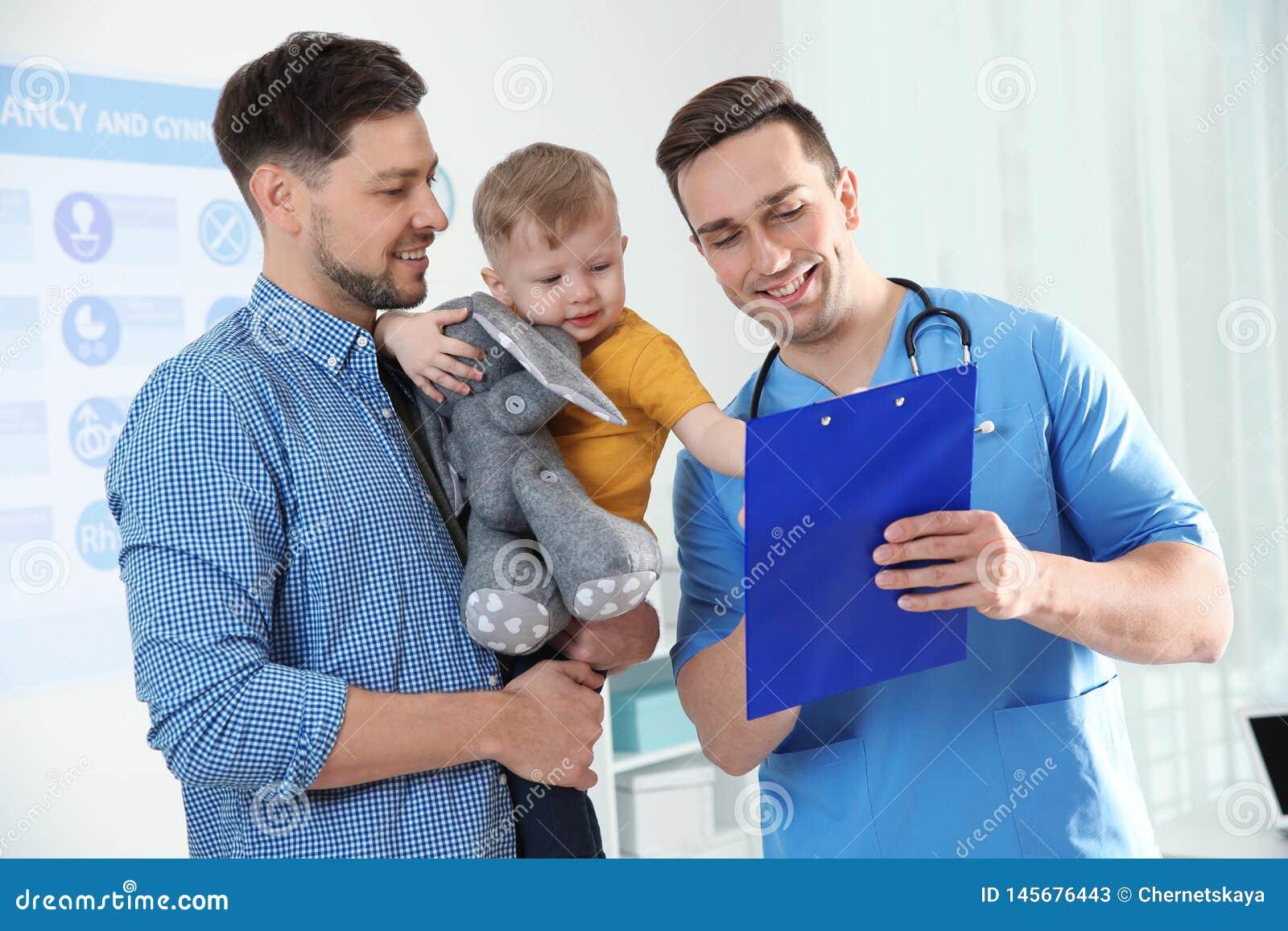Fader med barnet som bes?ker doktorn