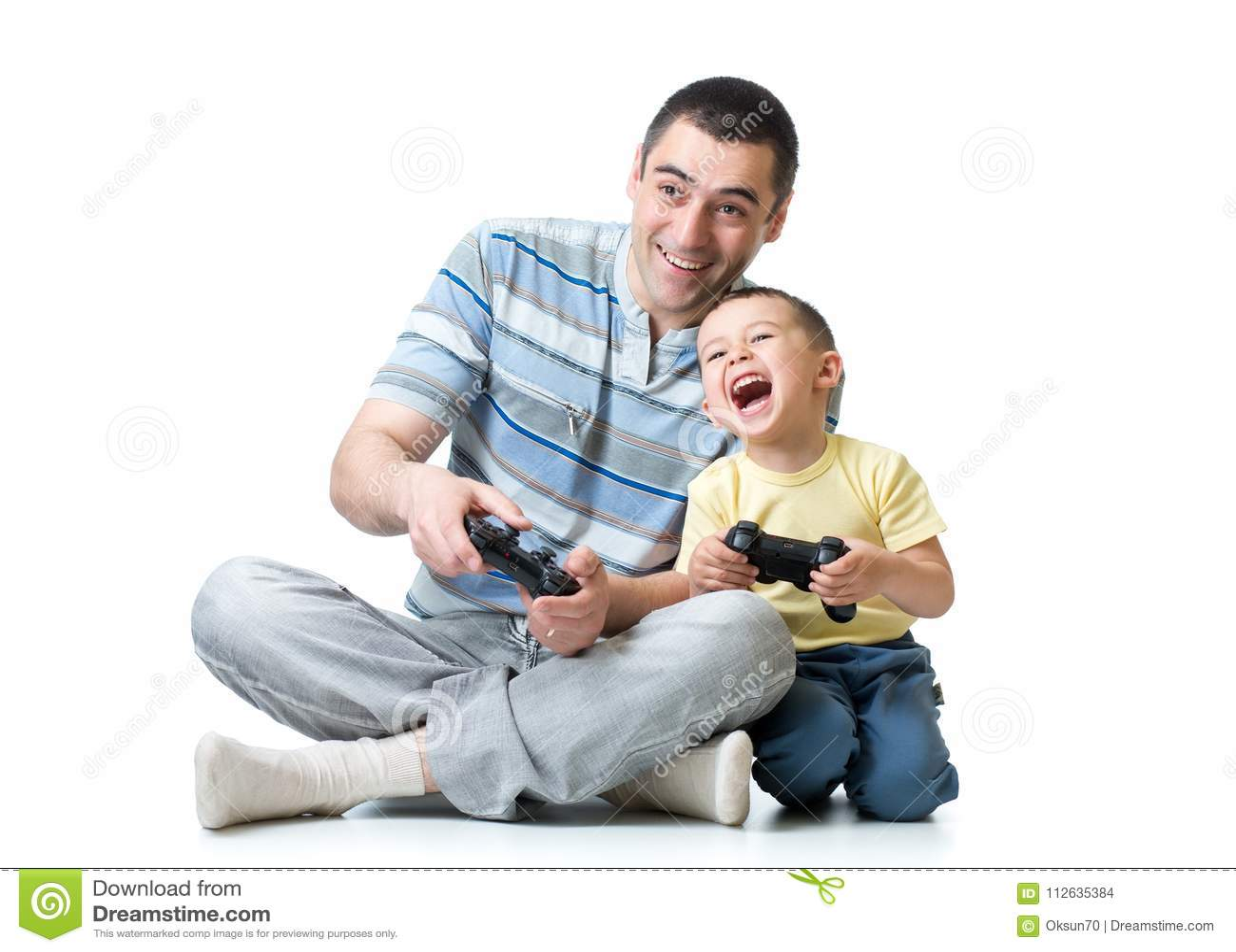 Fader- och barnson som hemma spelar videogamen