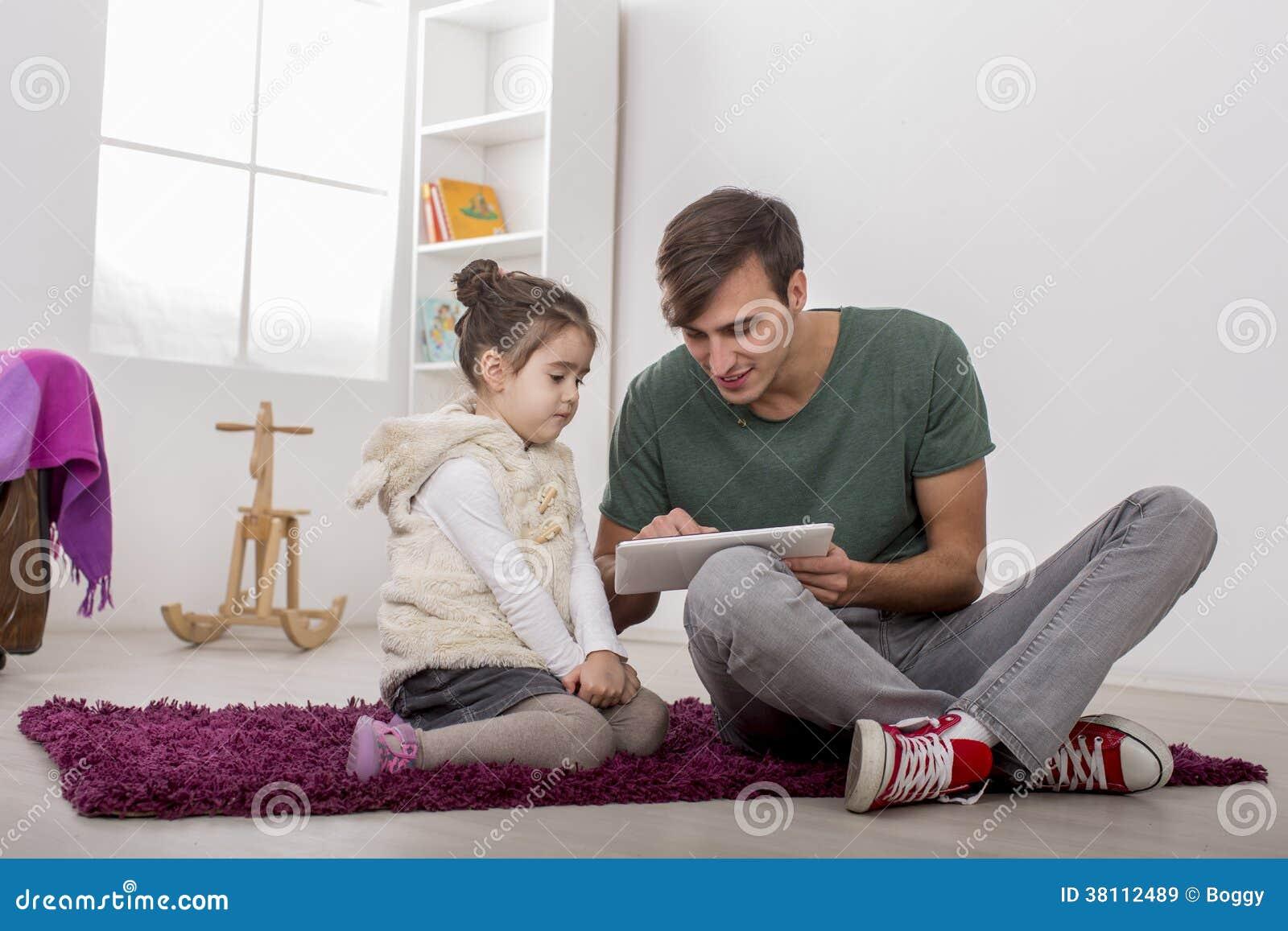 Fader och dotter med en minnestavla