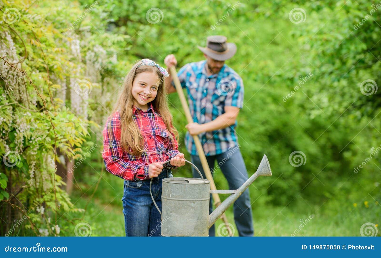 Fader och dotter p? ranch Familjlantg?rd Liten flicka och lycklig manfarsa brown r?knad dagjord som milj?l?vverk g?r den g?ende g