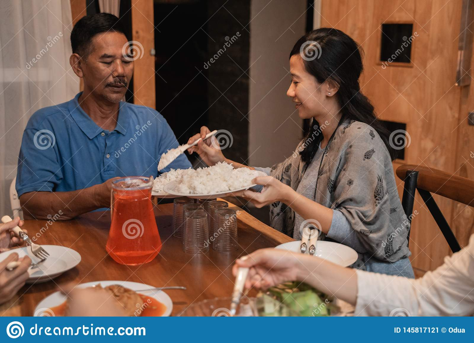 Fader och dotter som tillsammans äter matställen