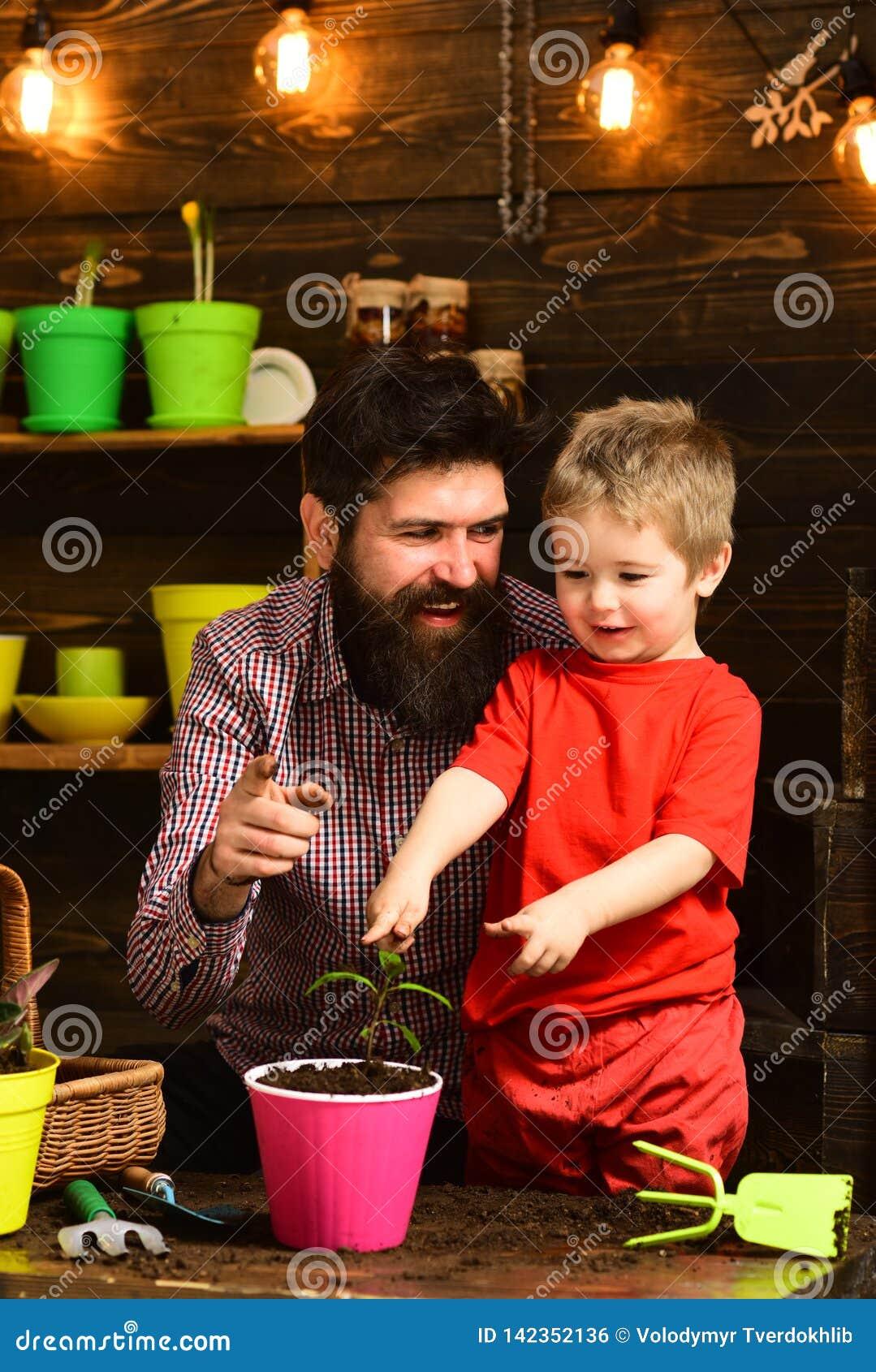 Fader och son Denna är mappen av formatet EPS10 Bevattna för blommaomsorg Jordgödningsmedel Familjdag växthus Skäggig man och pys