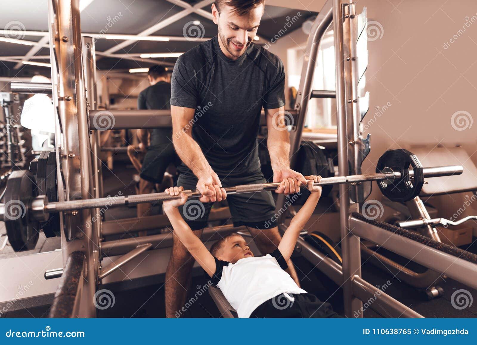 Fader och son i idrottshallen Fadern och sonen spenderar tid tillsammans och leder en sund livsstil
