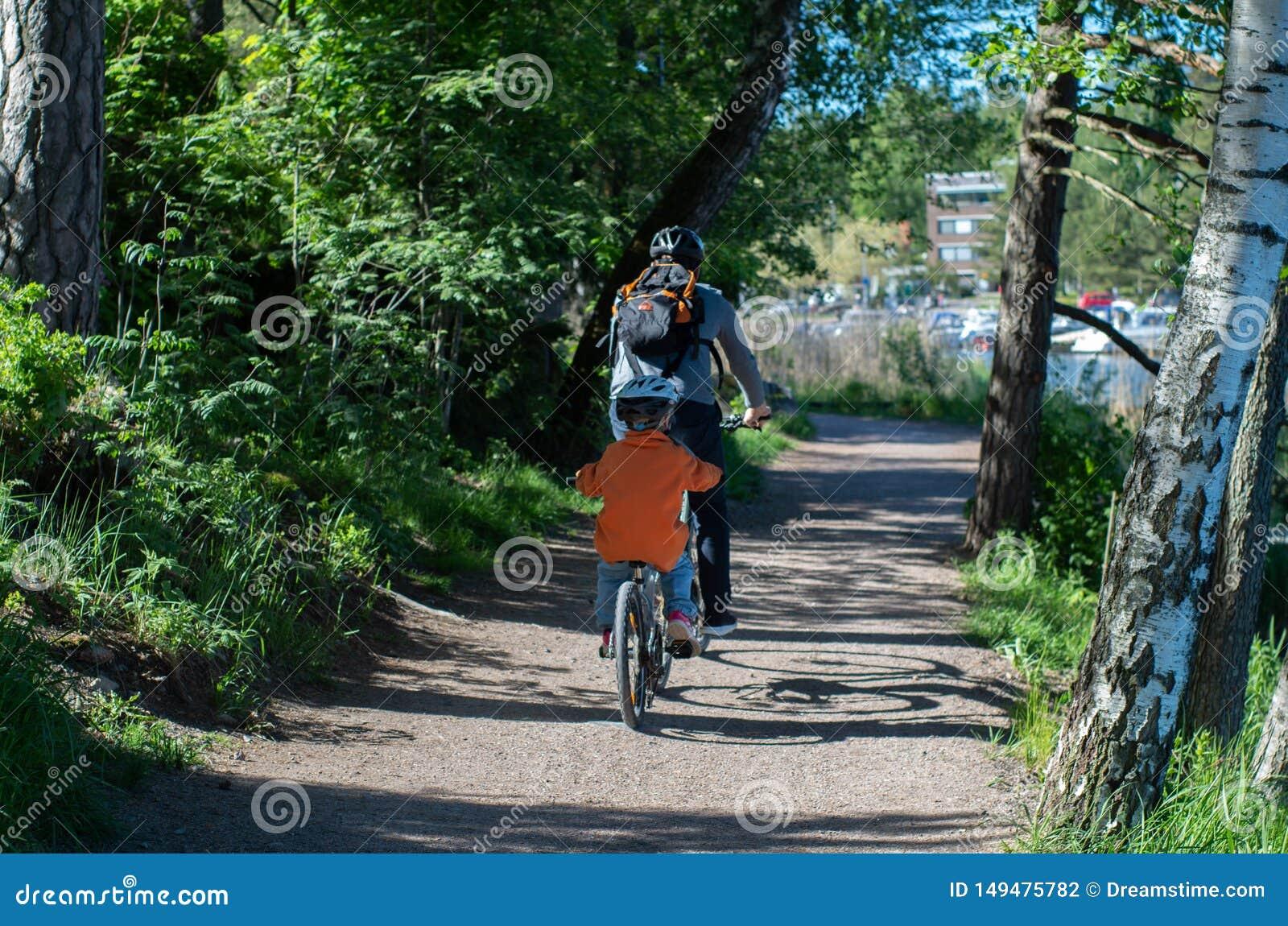 Fader och son rida cyklar