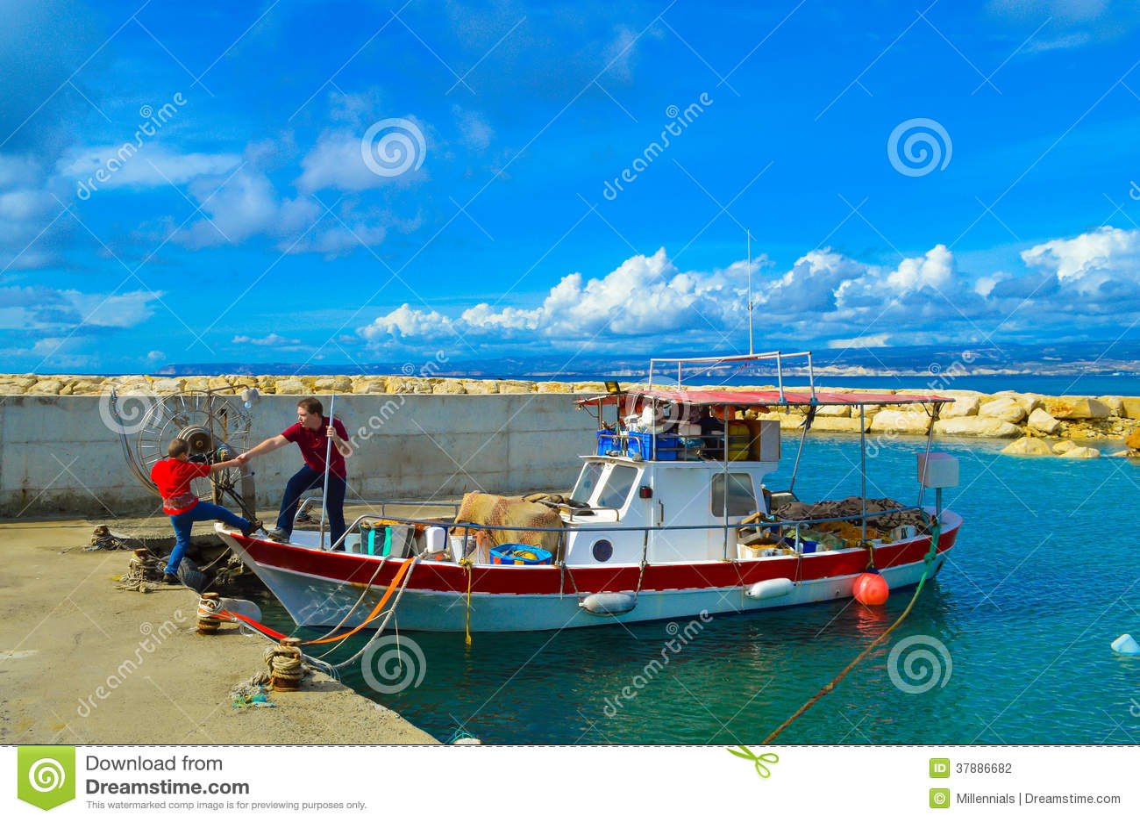 Fader och son som får på fiskebåten