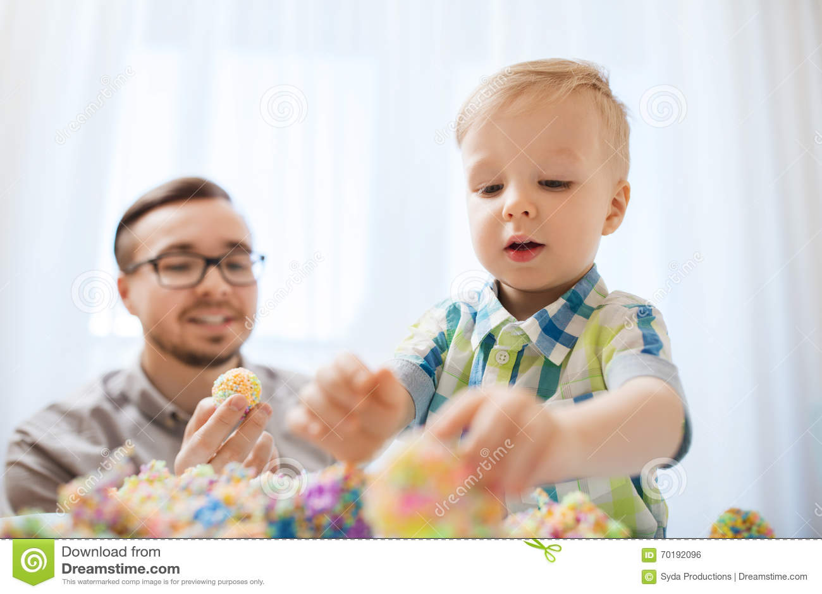Fader och son som hemma spelar med bolllera