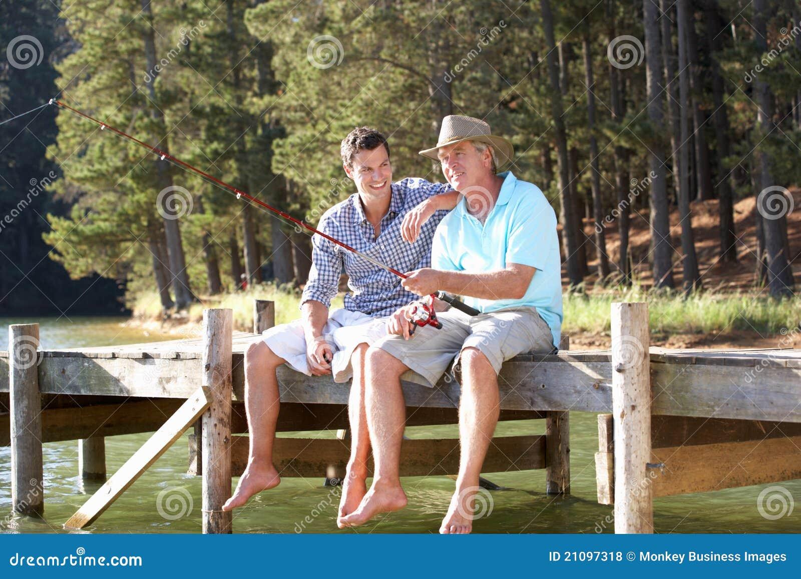 Fader- och vuxen människason som har roligt fiske