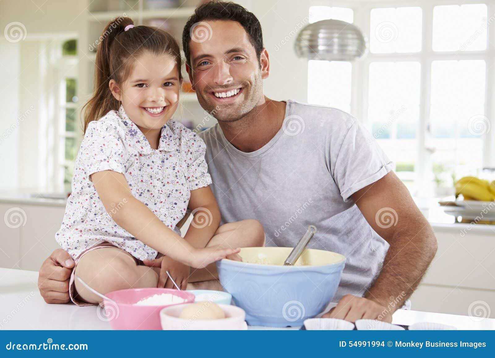 FaderAnd Daughter Baking kaka i kök