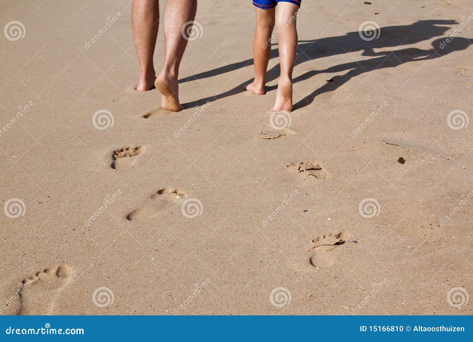 Faderfotspår sand den våta sonen