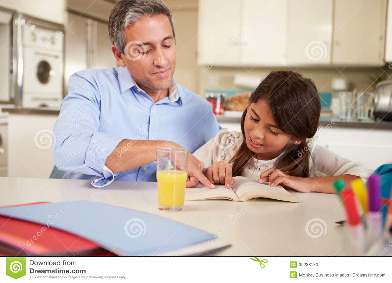FaderHelping Daughter With läs- läxa på T
