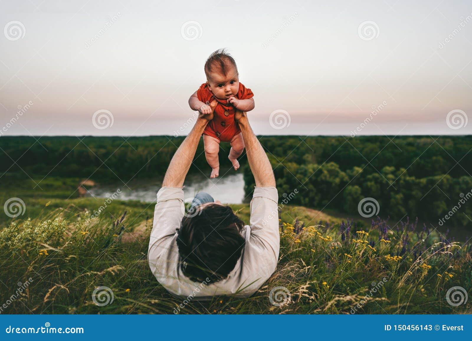 Fadern med behandla som ett barn den utomhus- lyckliga familjen för barnet