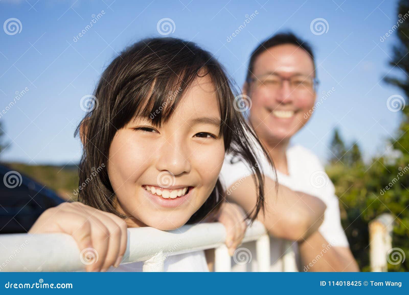 Fadern med dottern tycker om sikten