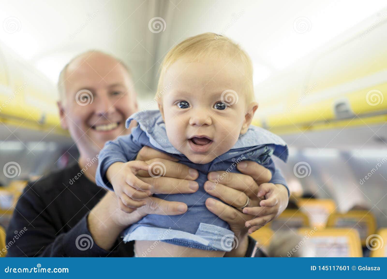Fadern med hans gamla halv?r behandla som ett barn pojken i flygplanet