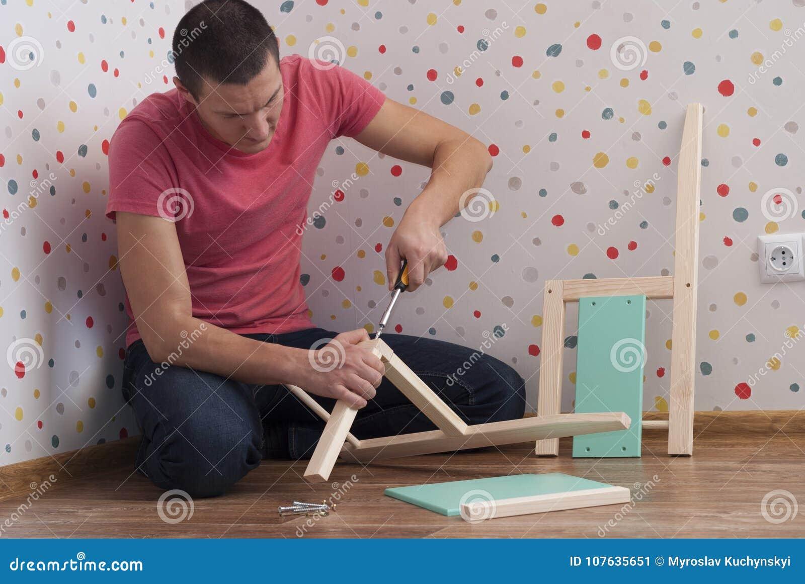 Fadern monterar en stol för barn