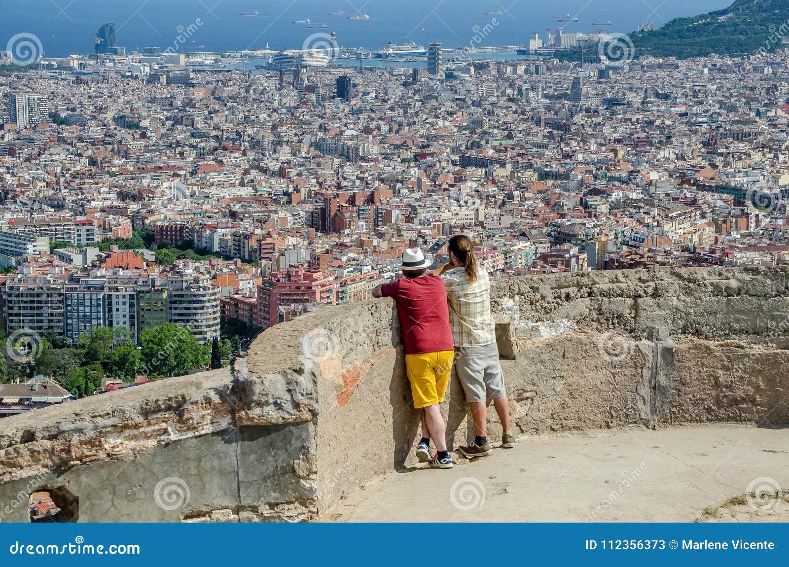 Fadern och sonen beskådar staden av Barcelona