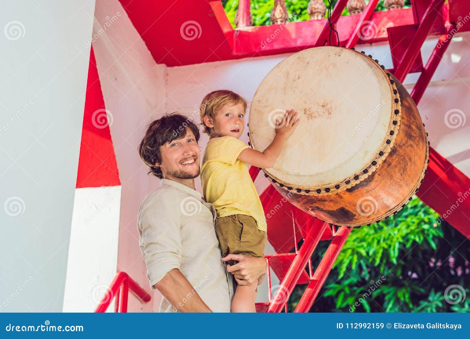 Fadern och sonen som turister ser Wat Chalong, är det mest importan