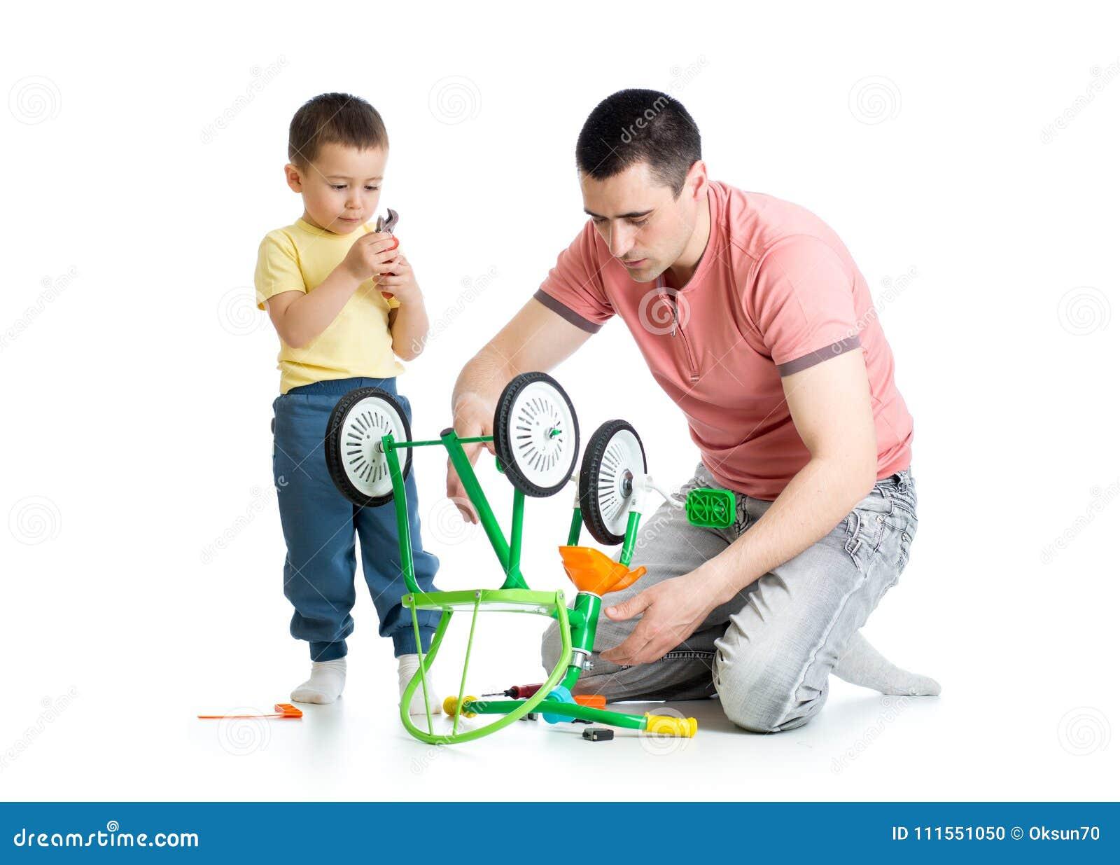 Fadern som reparerar barn, cyklar med hans son som isoleras