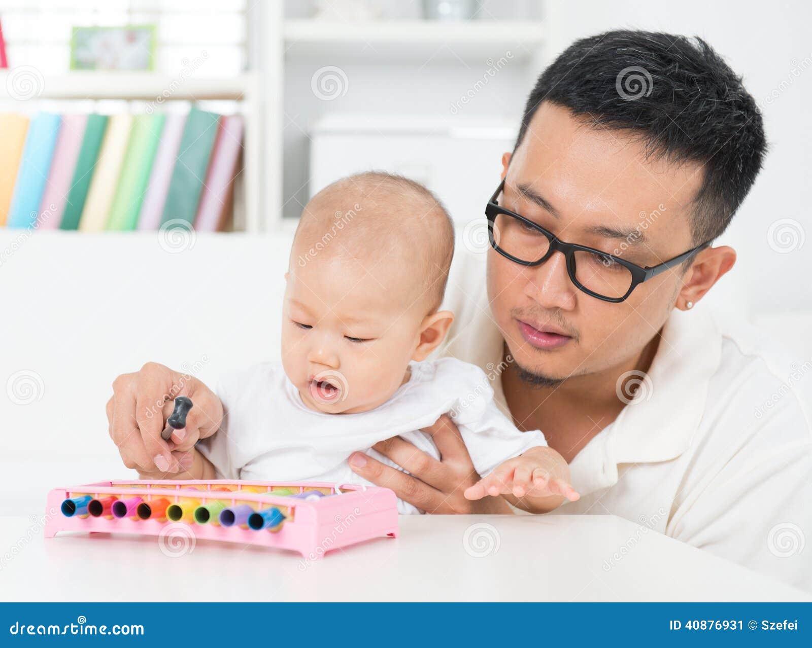 Fadern som spelar musikinstrumentet med, behandla som ett barn