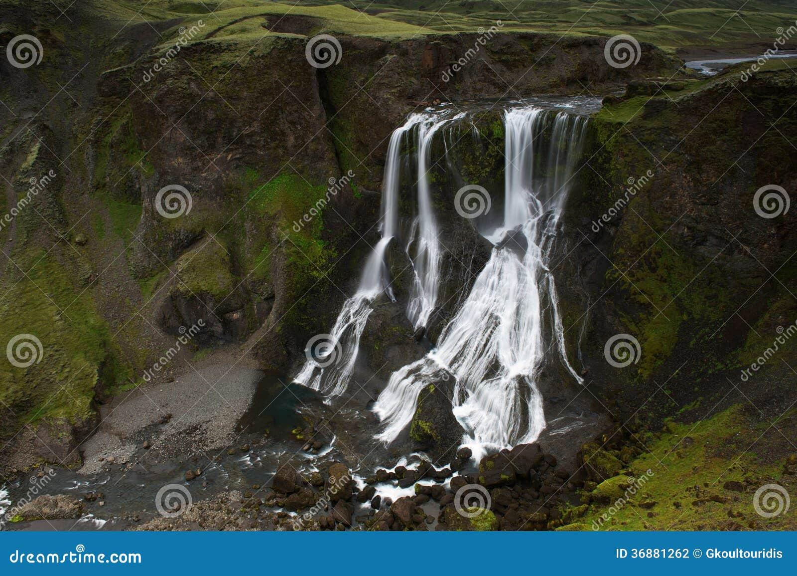 Download Fagrifoss (bella Cascata) Fra Le Scogliere Muscose In Islanda Fotografia Stock - Immagine di geologia, cloudscape: 36881262