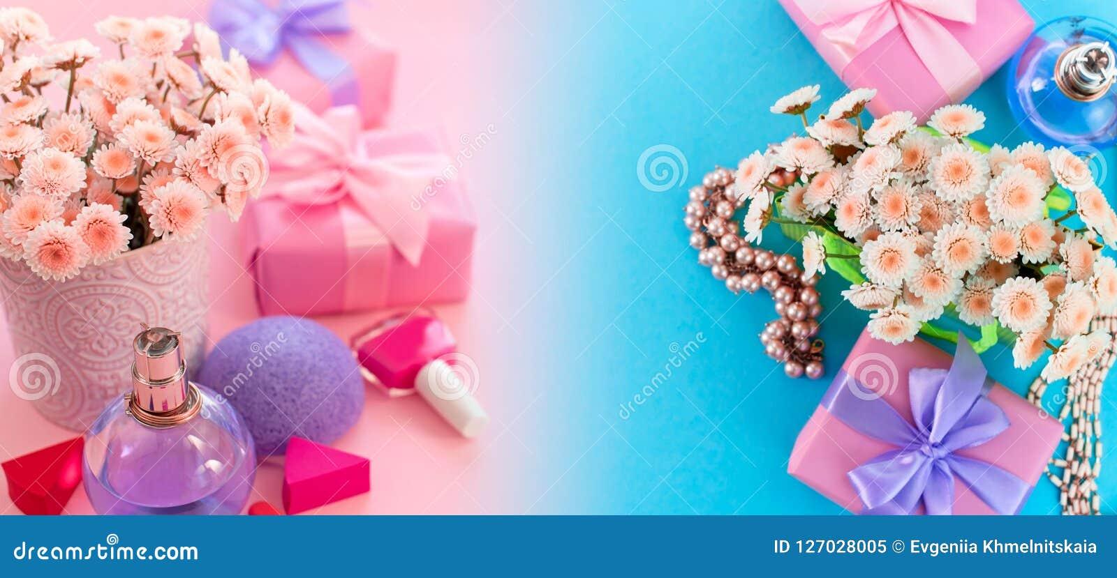 Fahnen-Modefrauenzubehörkosmetikblumenblumenstraußgeschenkbox-Bogencocktail auf blauem TLA fla Draufsicht der rosa Hintergrundste