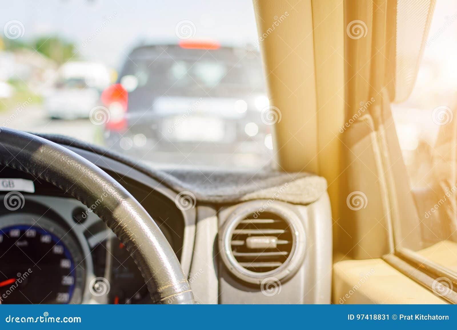 Fahren auf Autoreisen und Verkehr zur Sicherheit