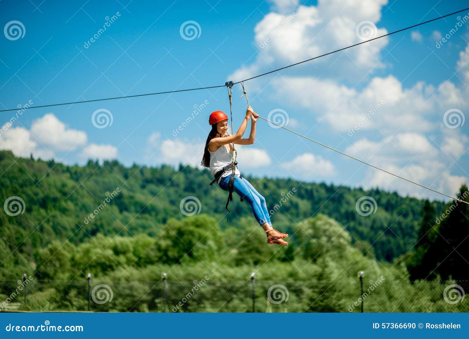 Fahren auf eine Ziplinie