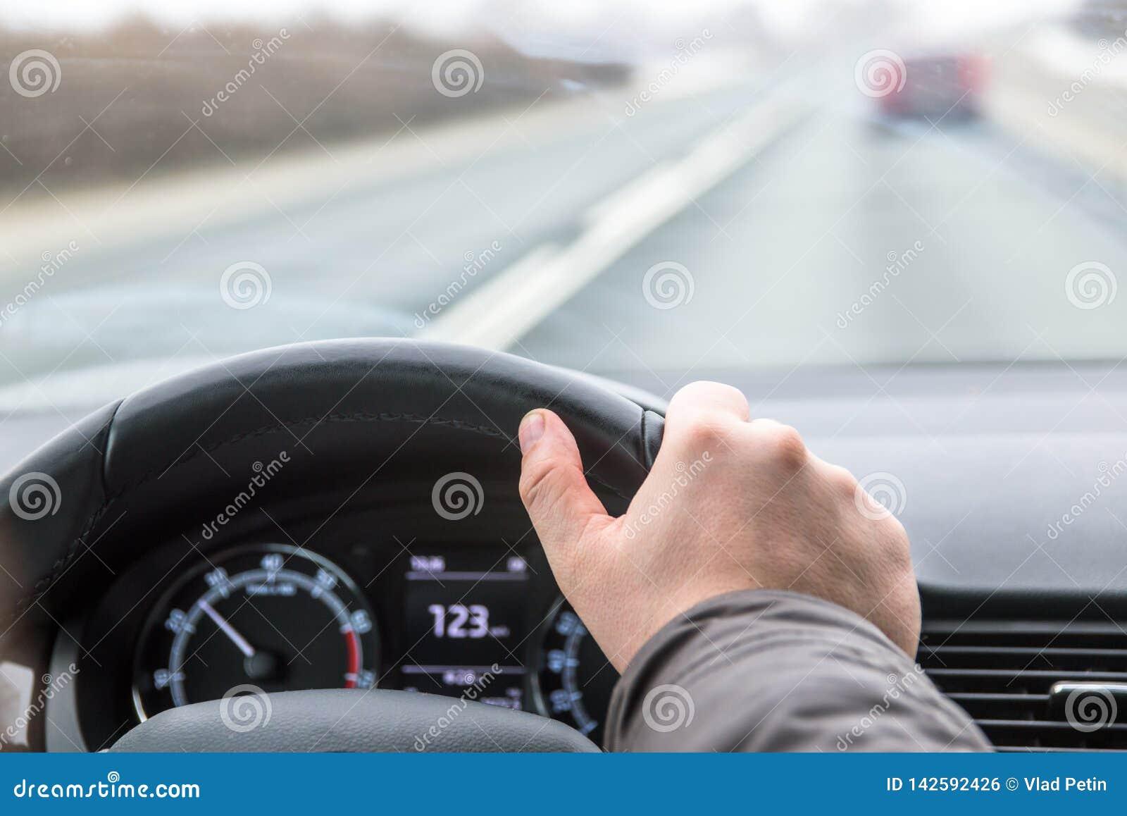 Fahren des Autos über Geschwindigkeit